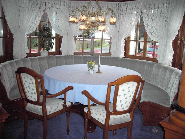 stůl u okna