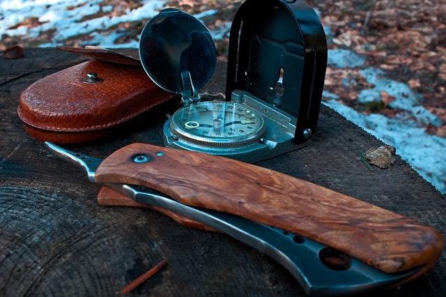 nůž a kompas
