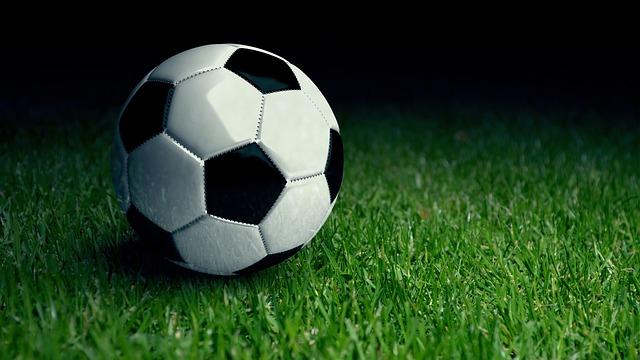 míč na trávě