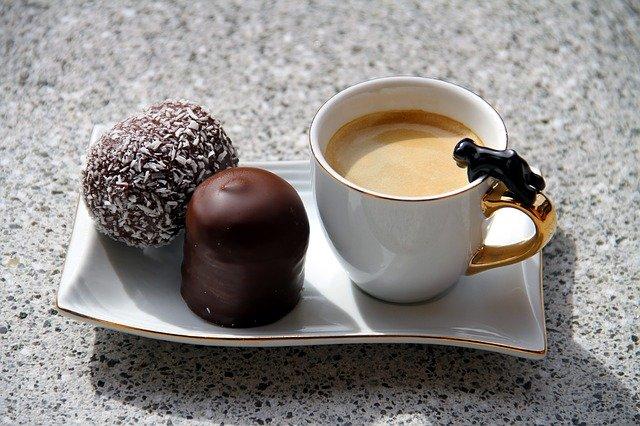 káva a zákusek se strouhaným kokosem
