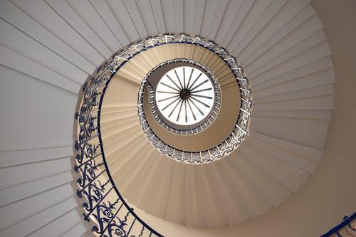 Jaké zábradlí vybrat ke schodišti? Záleží na materiálu, který je ten nejlepší?